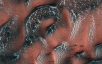 NASA опубликовало снимок заснеженных дюн на Марсе
