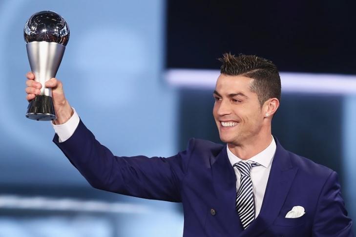 Роналду стал лучшим футболистом поверсии ФИФА. Небез помощи Шевченко