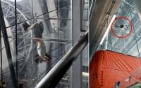 Женщина упала со стены аэропорта в Бангкоке