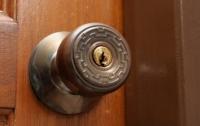 Отомстил за затопление: в Кривом Роге мужчина заварил соседке двери