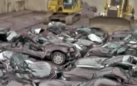 На Филиппинах уничтожили 20 люксовых автомобилей (видео)
