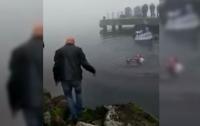 Мэр спас дайвера, прыгнув в воду во время официальной церемонии (видео)