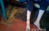 Под Днепром горе-мать держала сына на цепи