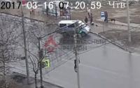 Мужчина, ожидая общественный транспорт, провалился под землю (видео)