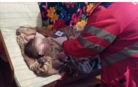 Мать бросила умирать троих детей в закрытой квартире