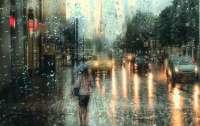 Пока шел дождь, коммунальщик поливал киевские улицы