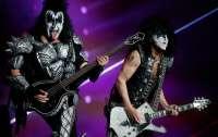 Акулы не приплыли на подводный концерт Kiss