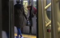 Пассажиры метро Нью-Йорка не помогли женщине (видео)