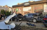 Девушка разбила пять автомобилей на стоянке (фото)