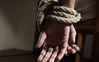 Связал и запер: отец жестоко расправился с дочерью