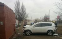 Автоледи врезалась в стену жилого дома, пострадал ребенок