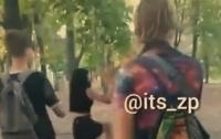 В Запорожье девочки устроили драку: парни снимали происходящее на видео
