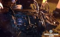 На Ивано-Франковщине автомобиль влетел под поезд, погиб парень