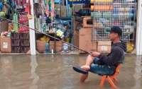 Люди плавают на матрасах: В Харькове затопило рынок (видео)