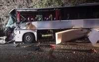 В Запорожской области пассажирский автобус въехал в трактор, есть погибшие