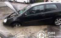 Автомобиль ушел под асфальт на ходу