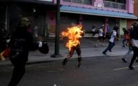 Во время массовых протестов в Венесуэле подожгли молодого парня