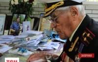 Легендарный ветеран отпраздновал 101-й день рождения в объятиях девушки (фото)