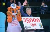 Киевский болельщик выиграл крупную сумму броском с центра поля (видео)