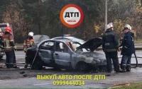 В Киеве на ходу вспыхнуло и полностью сгорело авто