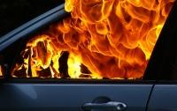 В Киеве неизвестные подожгли автомобиль (видео)
