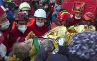 В Измире спустя 65 часов после землетрясения вытащили из-под завалов 3-летнюю девочку