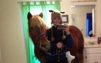 Девочка привела коня в ванную ради селфи