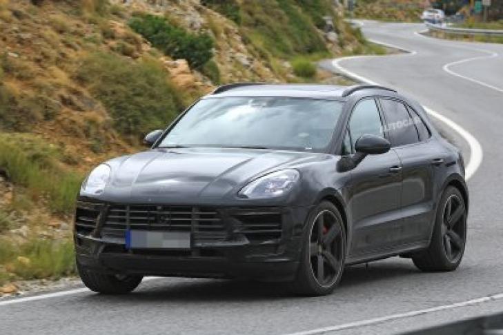 Всеть выложили свежие фотографии обновленного кроссовера Porsche Macan