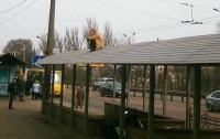 Мужчина несколько часов просидел на крыше остановки транспорта
