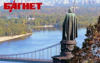 Вместе с патриархом Кириллом у памятника князю Владимиру молились сотни верующих
