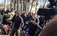 СМИ рассказали, как и кого набирают в ряды титушек для защиты