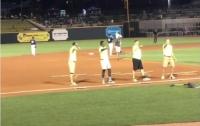 Девушка отказала парню, сделавшему ей предложение на глазах у всего стадиона (видео)