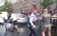СМИ сообщили, кто именно запрыгнул на автомобиль Порошенко