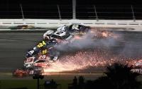 Более 20 машин столкнулись на гонке NASCAR в США