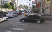 Прошлись по капоту: как пешеходы наказали автохама (видео)