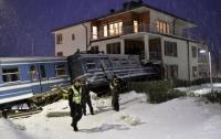 Шведская уборщица угнала поезд и врезалась в дом (ФОТО)