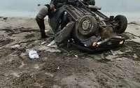 Автомобиль съехал на пляж по неизвестной причине