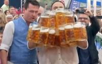 Немец установил мировой рекорд, удержав в руках 31 кружку с пивом