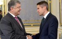 Порошенко и госсекретарь по обороне Великобритании обсудили усиление санкций против РФ