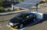 В США начали строить солнечные автостоянки-электрозаправки