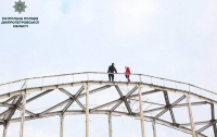 Патрульный отговорил женщину от смертельного прыжка с моста