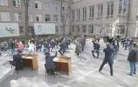 Местные депутаты проявили креативность, желая поработать (фото)