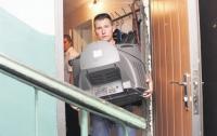 В Донецке исполнительная служба забрала у инвалида телевизор за долги по коммуналке