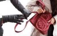 Выхватил сумку и скрылся: в Киеве у бизнес-леди похитили миллион