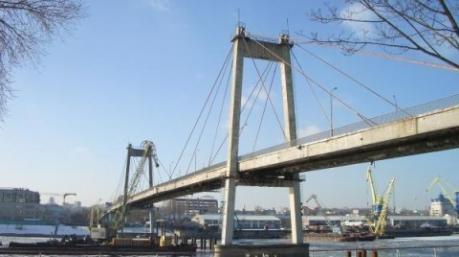 Спасатели вытащили киевлянку из 6-метрового провала на Рыбальском мосту