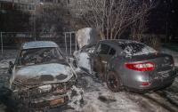Пожар в Днепре: возле многоэтажки загорелись автомобили