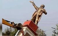 В Индии буйная толпа снесла памятник Ленину ради матушки-земли (видео)