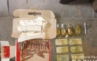 Мужчина несколько лет прятал взрывчатку и боеприпасы