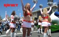 Фан-зона Киева: девушки в микро-мини, оркестр Президента и гигантская кукушка (ФОТО)