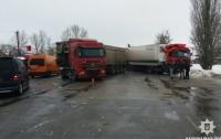 На трассе Киев-Харьков столкнулись четыре грузовика